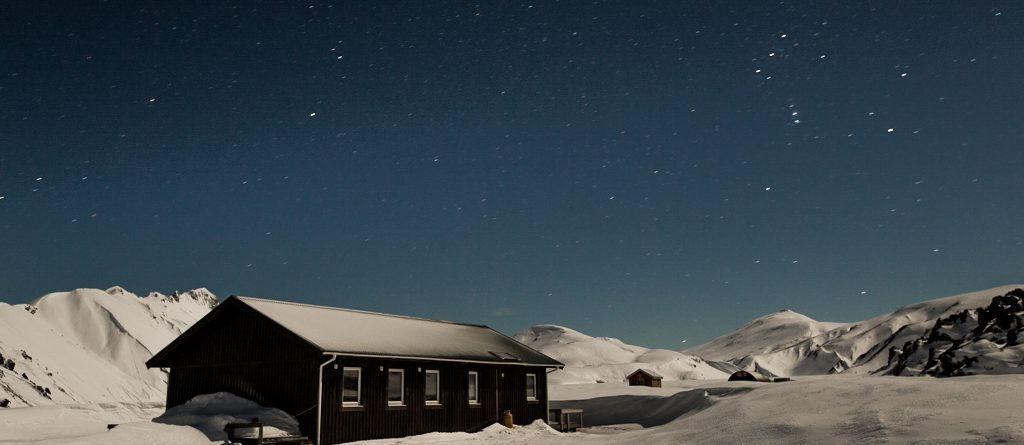 landmannalaugar-winter-huette-sterne-panorama
