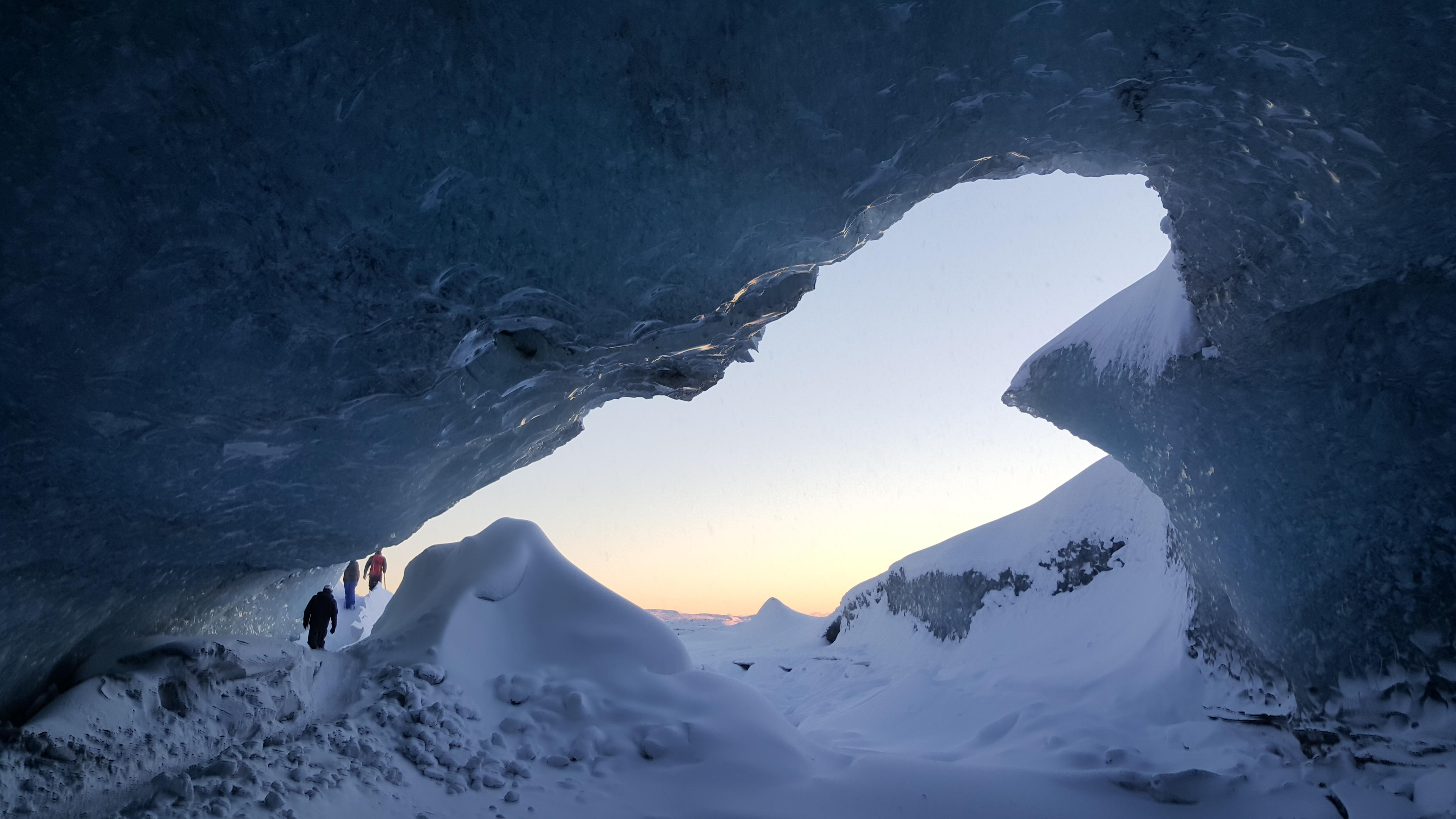 natuerliche-eishoehlen-vatnajoekull-ausflug-ausblick-hoehle