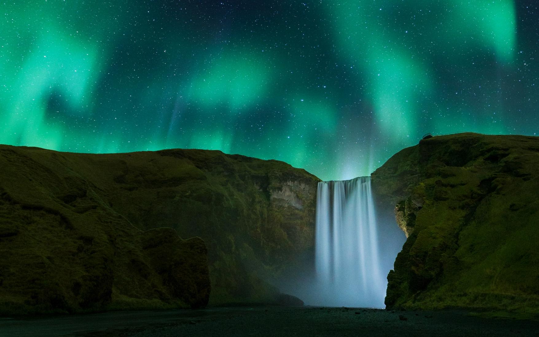 Nordlichter über dem Wasserfall Skogafoss