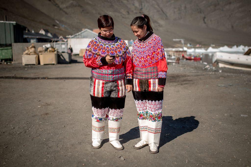 Zwei Mädchen in traditioneller grönländischer Kleidung