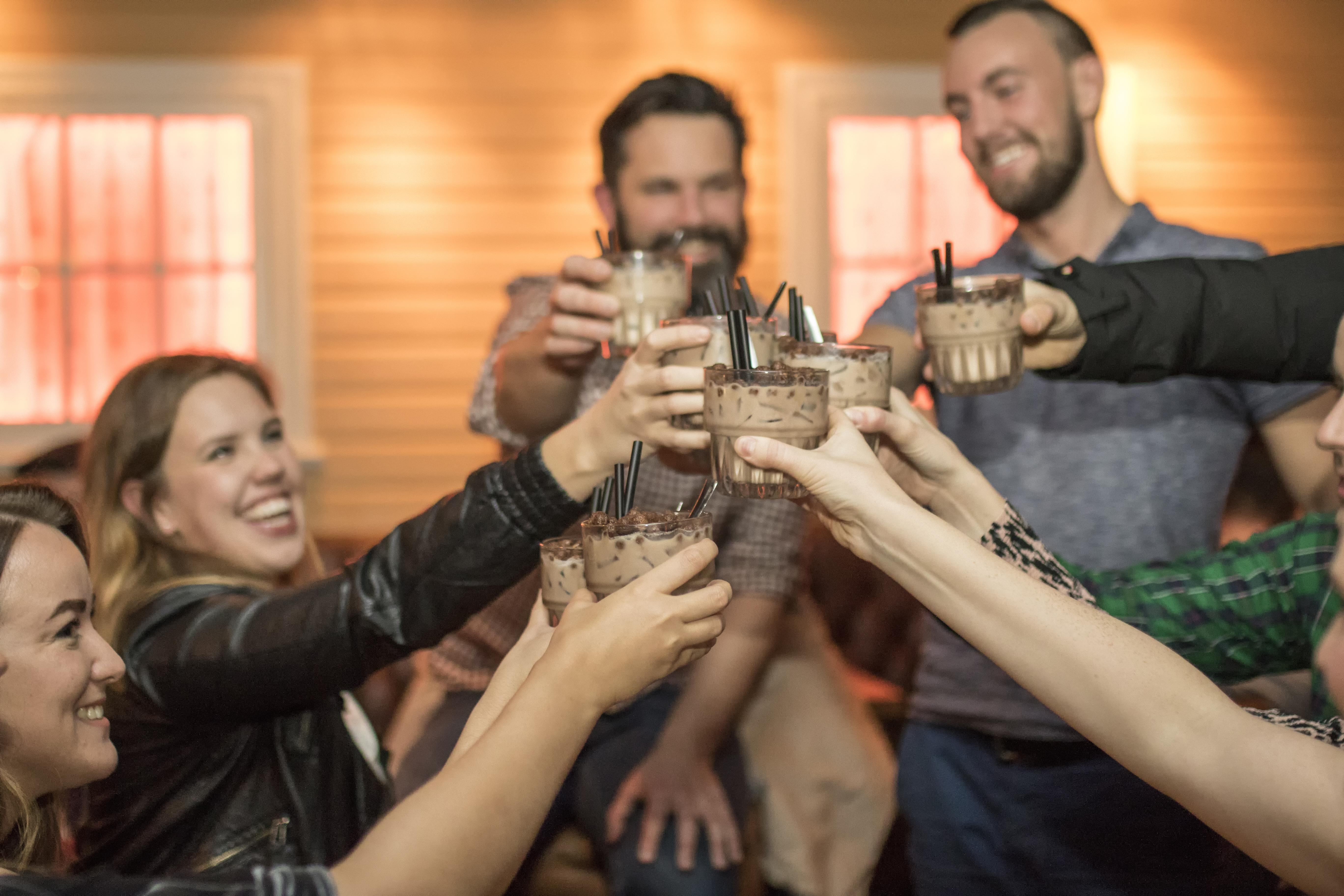 Lachende Menschen in einer Bar in Island stoßen an