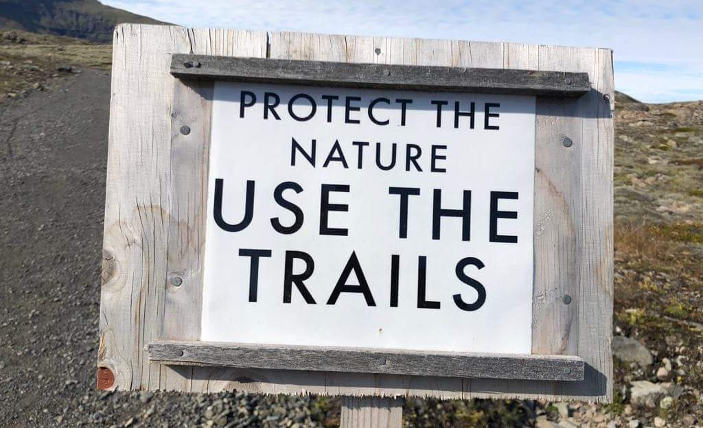 Schild Use the trails in Island