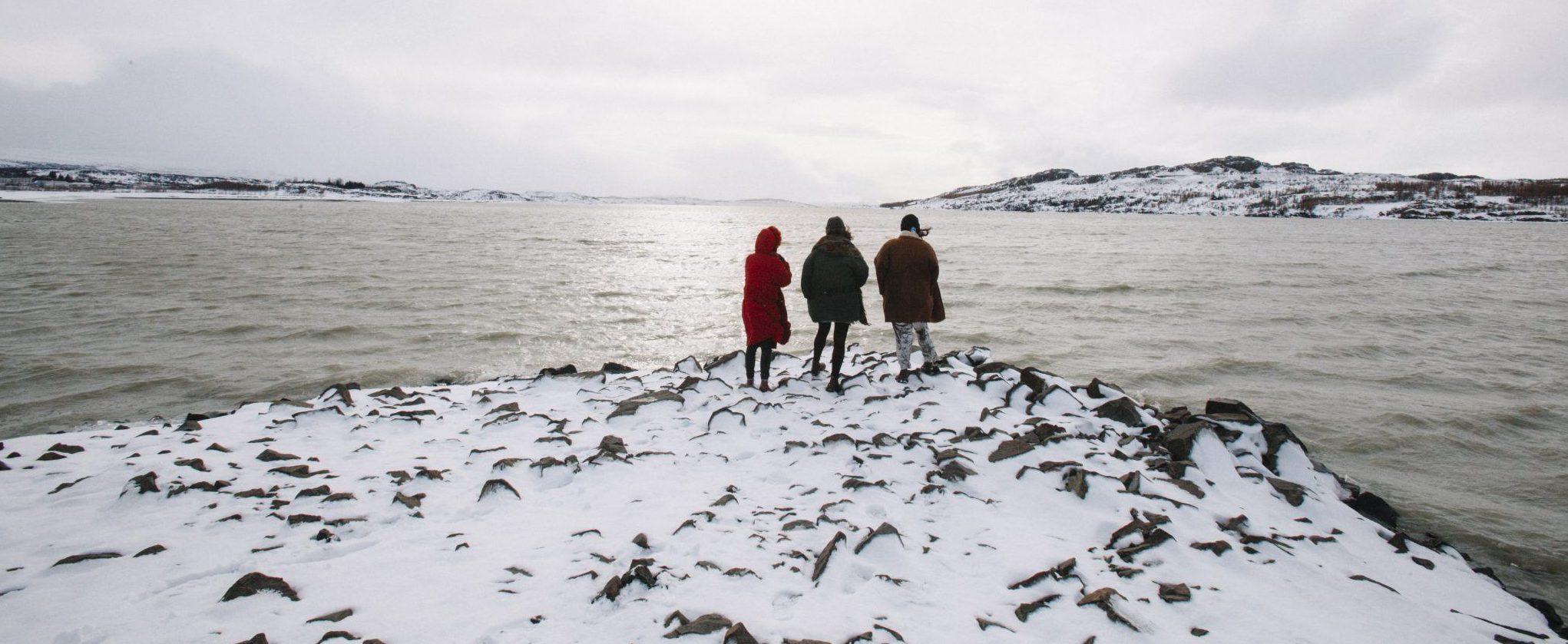Wanderer am See Lagarfljot in Ostisland