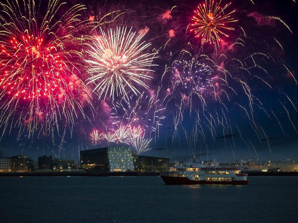 Farbiges Feuerwerk über der Stadtsilouette von Reykjavik