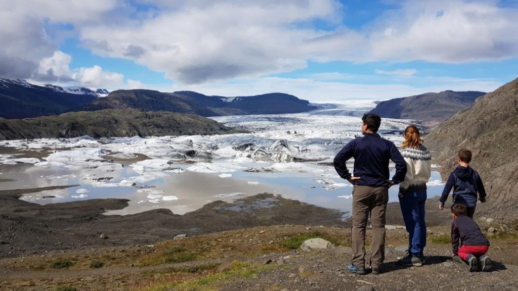 Reisende an Gletscherlagune in Island