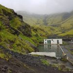 Island Berge mit Moos sind wolkenverhangen, Schwimmbecken