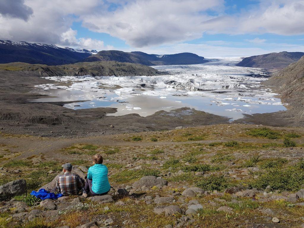 Gletscherlagune Fjallsarlon in Südostisland, Wanderer machen ein Picknick