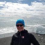 Eisblöcke am Strand bei der Gletscherlagune in Südostisland, Wanderin im Vordergrund