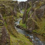 Felsenschlucht von Fjadrárgljúfur bei Kirkjubaejarklaustur in Südostisland, Fluß windet sich durch die Schlucht