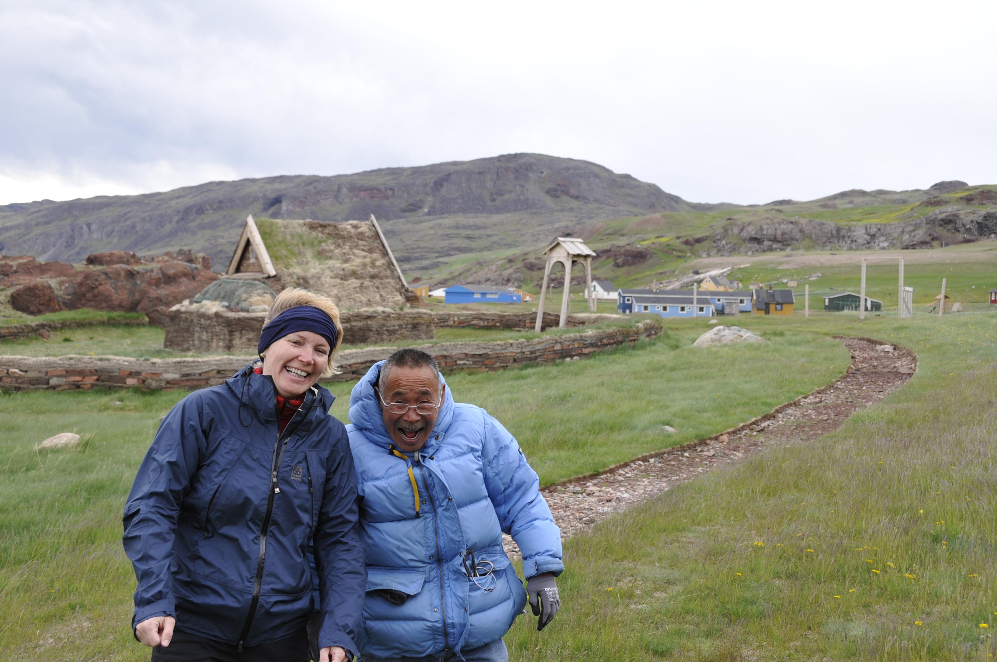 Frau mit Grönländer grinsend, in der Siedlung Brattahlid