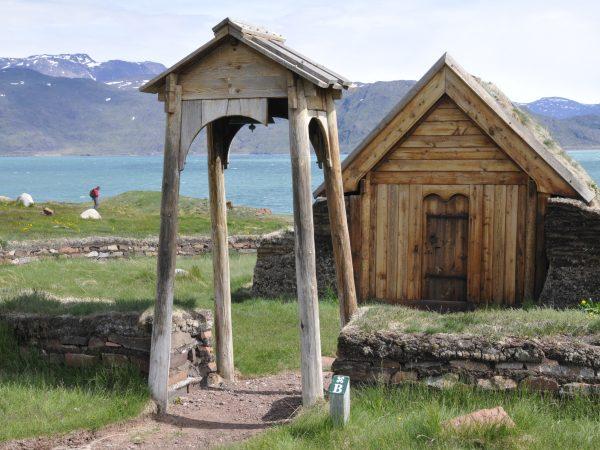 Alte Skulpturen und Häuser in der Siedlung Brattahlid in Südgrönland
