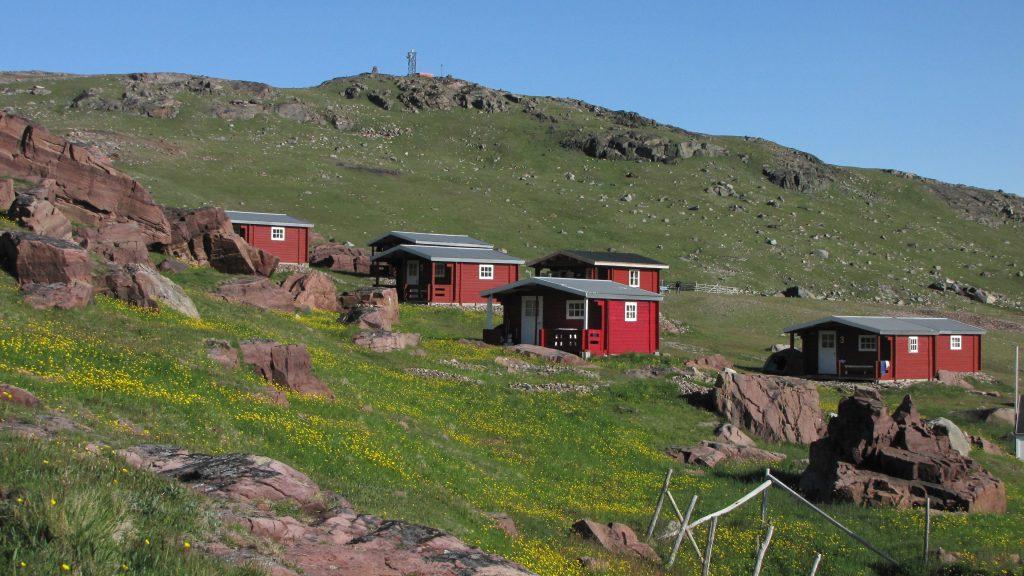 Die roten Holzhütten des Country Hotelsl Igaliku in Südgrönland