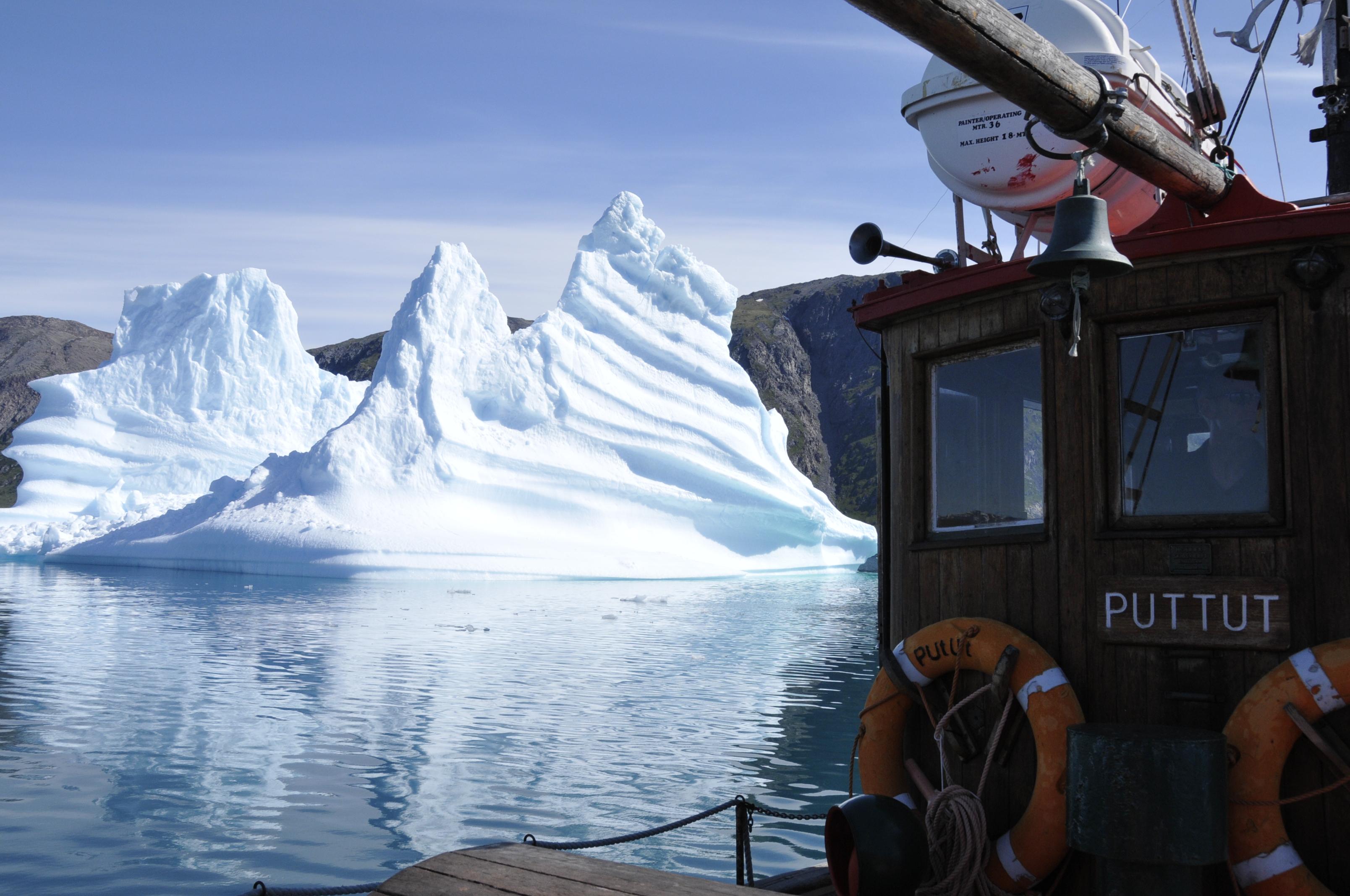 Bootsfahrt zwischen Eisbergen im Qoroq Eisfjörd