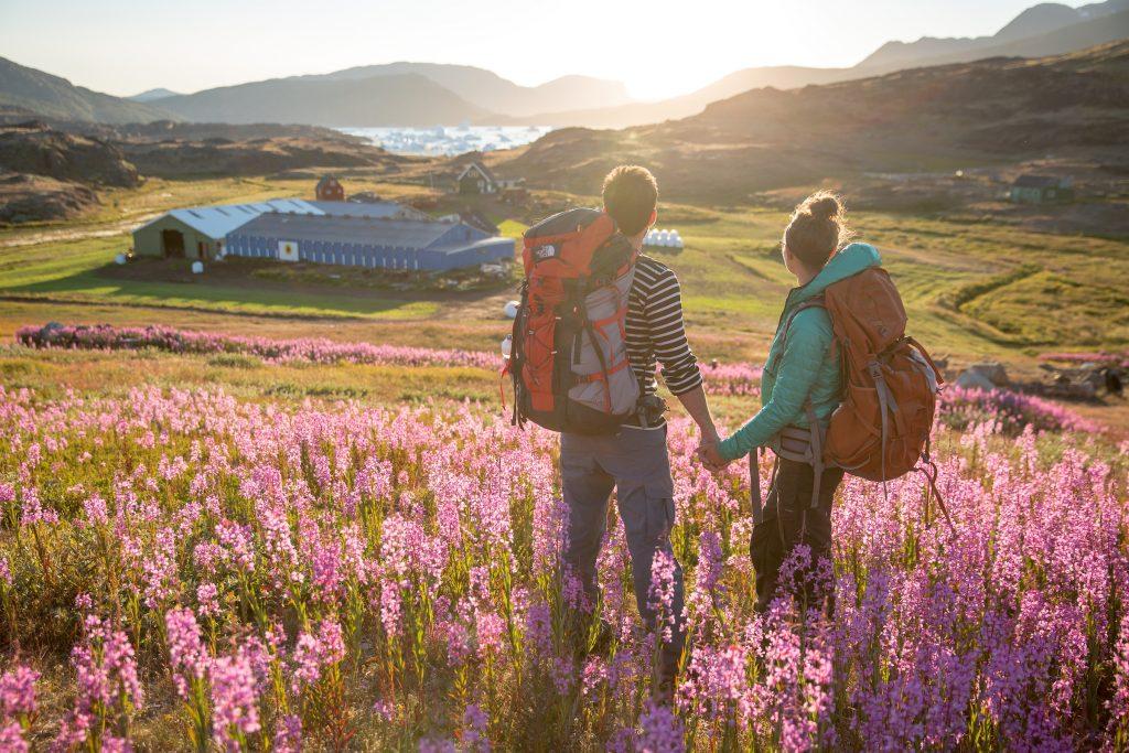 wanderndes Pärchen im Sonnenuntergang, Südgrönland