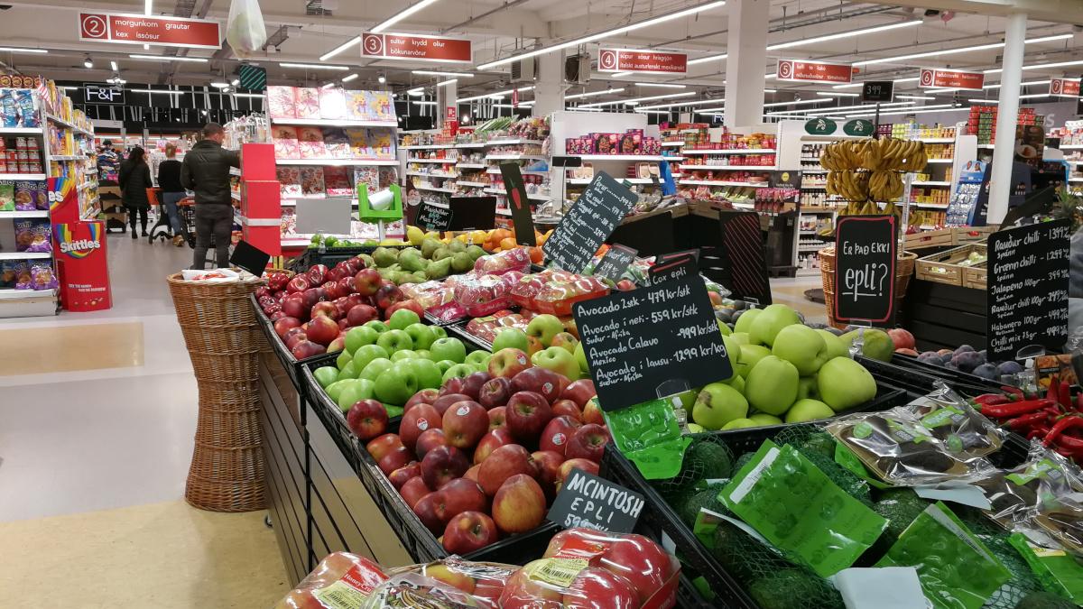 Innenansicht eines Supermarktes in Island mit Obst-Auslage