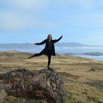 Frau auf Stein im Hvalfjord in Island