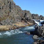 Felsen und kleiner Wasserfall in Thingvellir