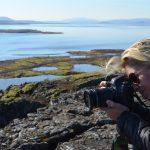 Journalistin fotografiert die Landschaft in Island