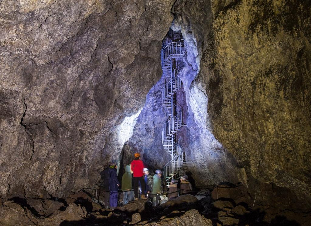 Besucher in einer Höhle in Island