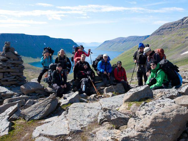 Wandergruppe in Island macht Rast mit Ausblick auf den Fjord