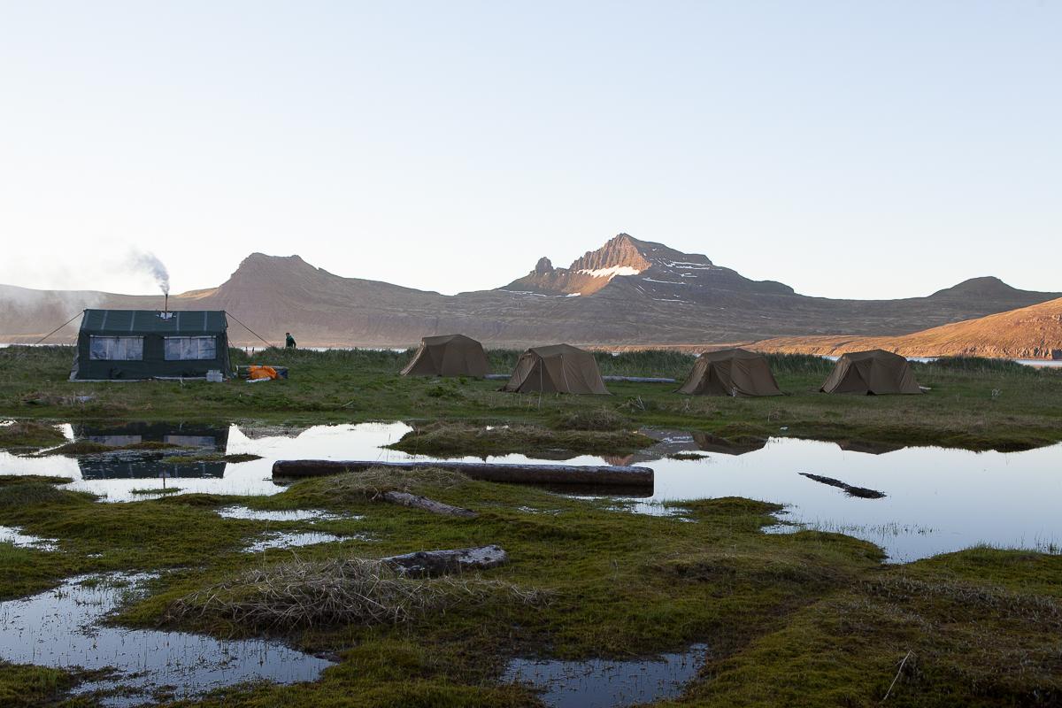 Einsamkeit und Sonnenaufgang in den Bergen von Hornstrandir in Island