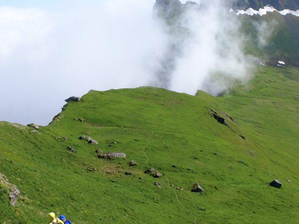 Wanderer an einer Klippe, Nebelschwaden ziehen herauf