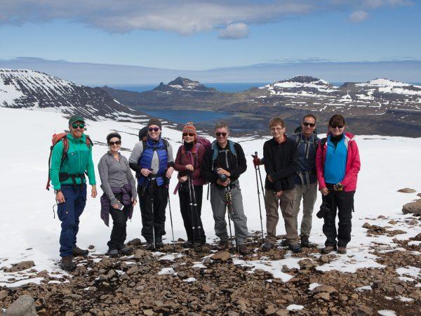 Wandergruppe posiert vor einer weiten Landschaft in den Westfjorden in Island