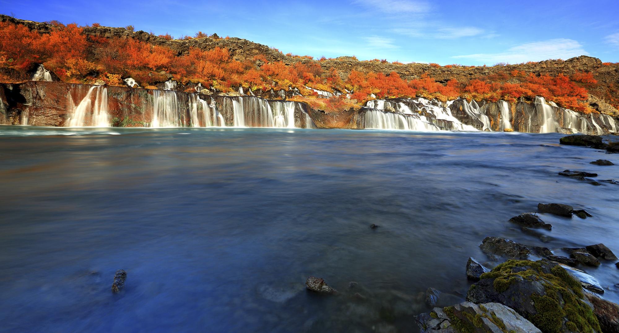 Wasserfall Hraunfossar mit Herbstfarben