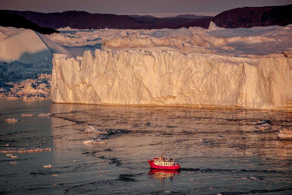westgroenland-ilulissat-passagierboot-icefjord-sonnenuntergang-eisberge-visit-greenland-mads-phil