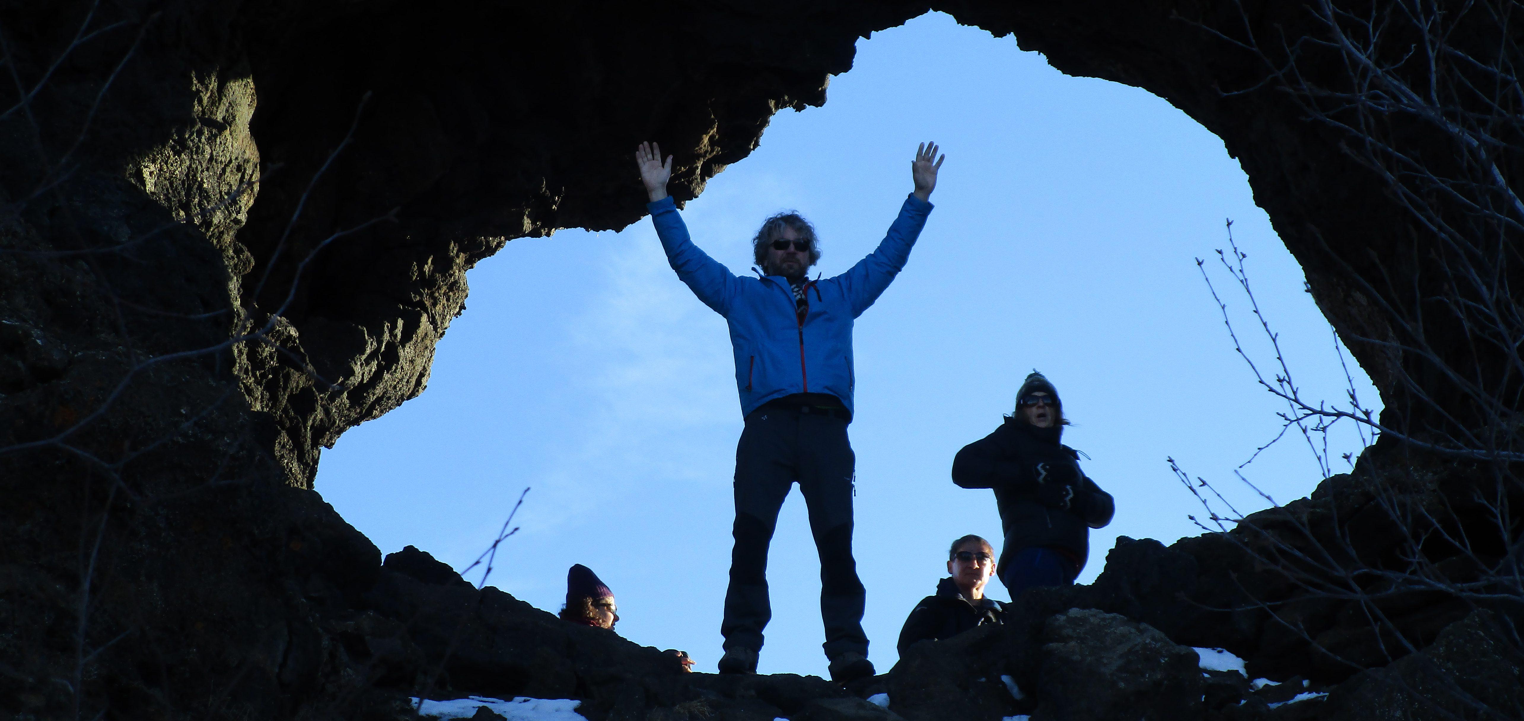 Mann am Felsdurchgang in Dimmuborgir in Island