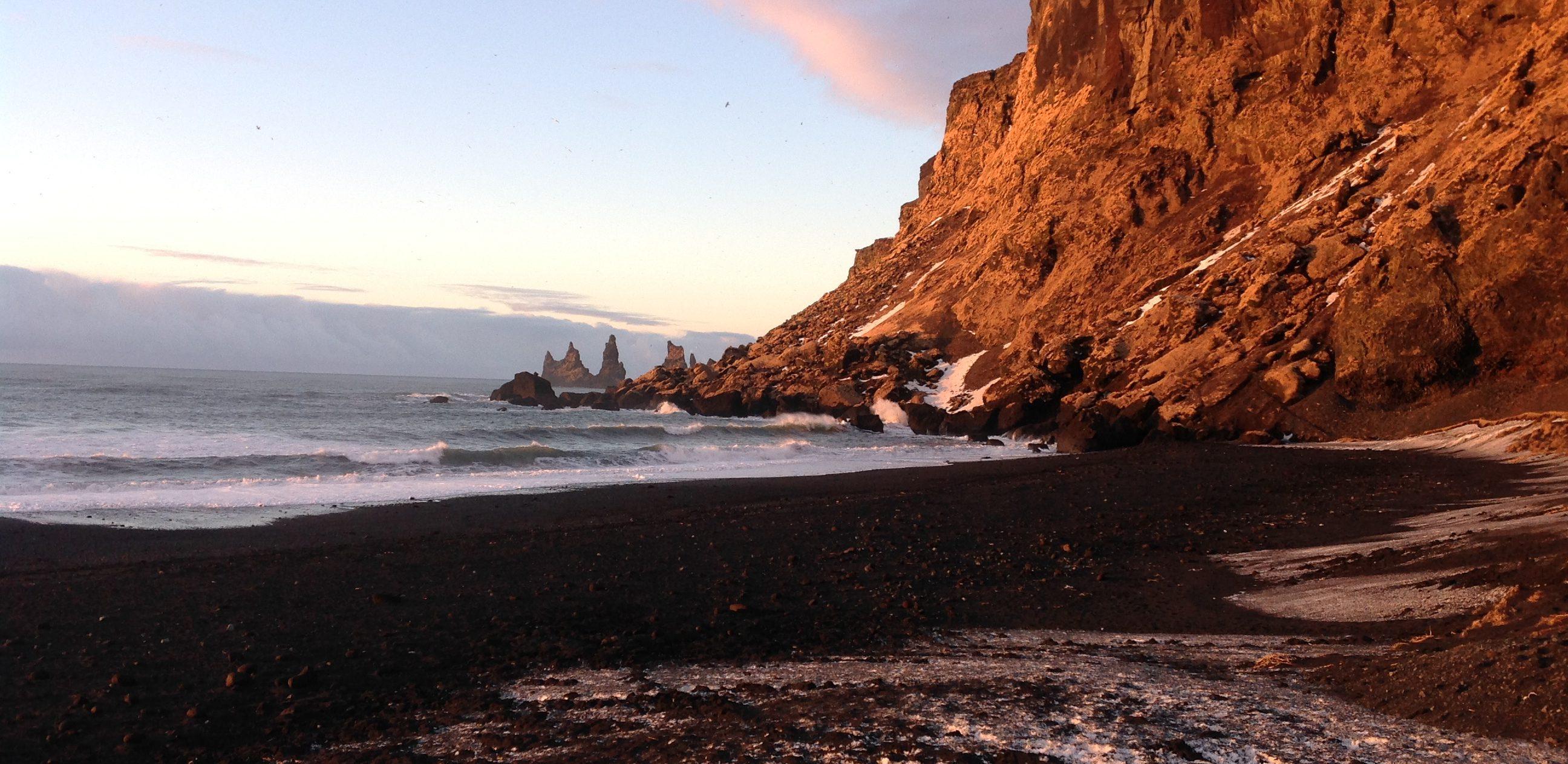 Strand von Vik mit Felsformationen im Meer